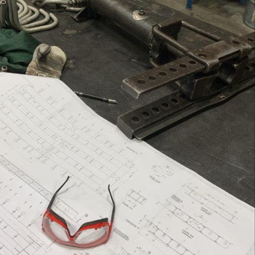 Image d'un plan avec des lunettes de protection, pour la fabrication de pièces en acier