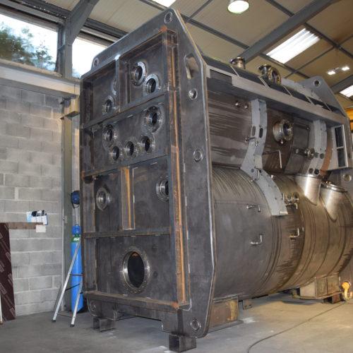 Four de trempe sous vide en acier dans l'atelier de la Chaudronnerie Marmonier, spécialisé dans les fours industriels