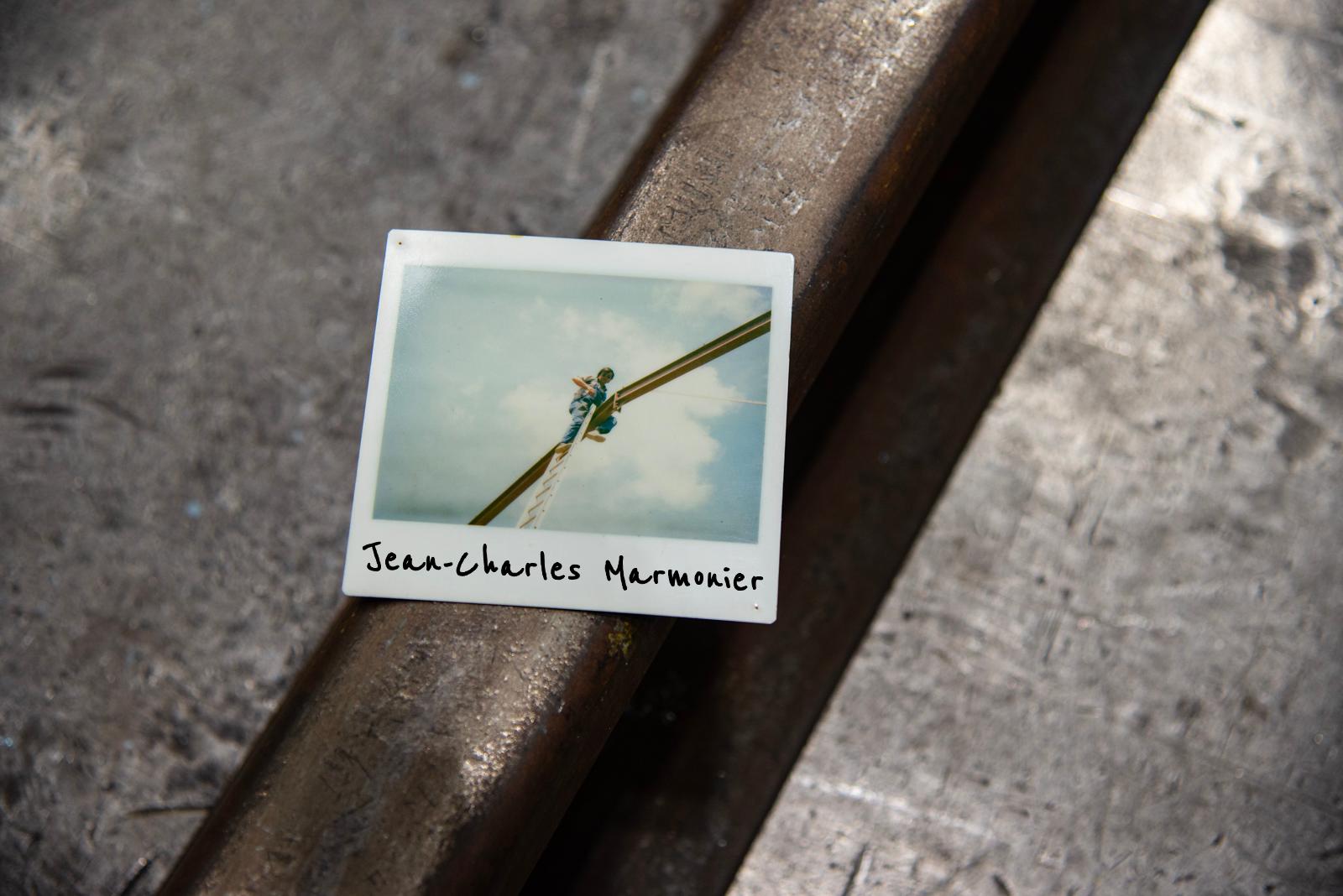 Photo d'une photo polaroïd de Jean-Charles Marmonier tout en haut d'une échelle pour souder une structure en acier