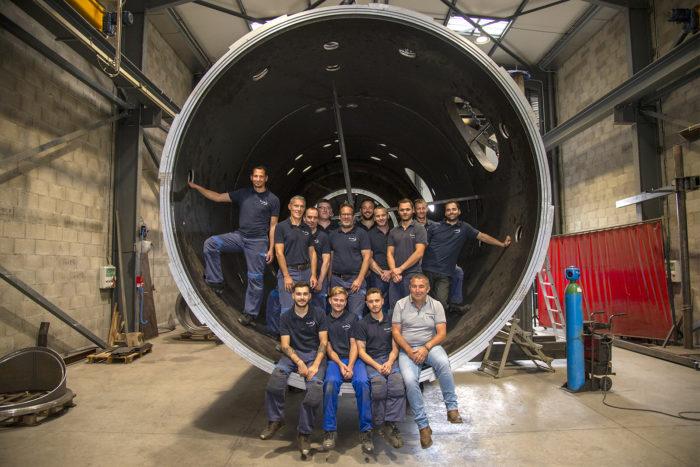 Image de l'équipe de la chaudronnerie Marmonier prise dans un four sous vide en métal