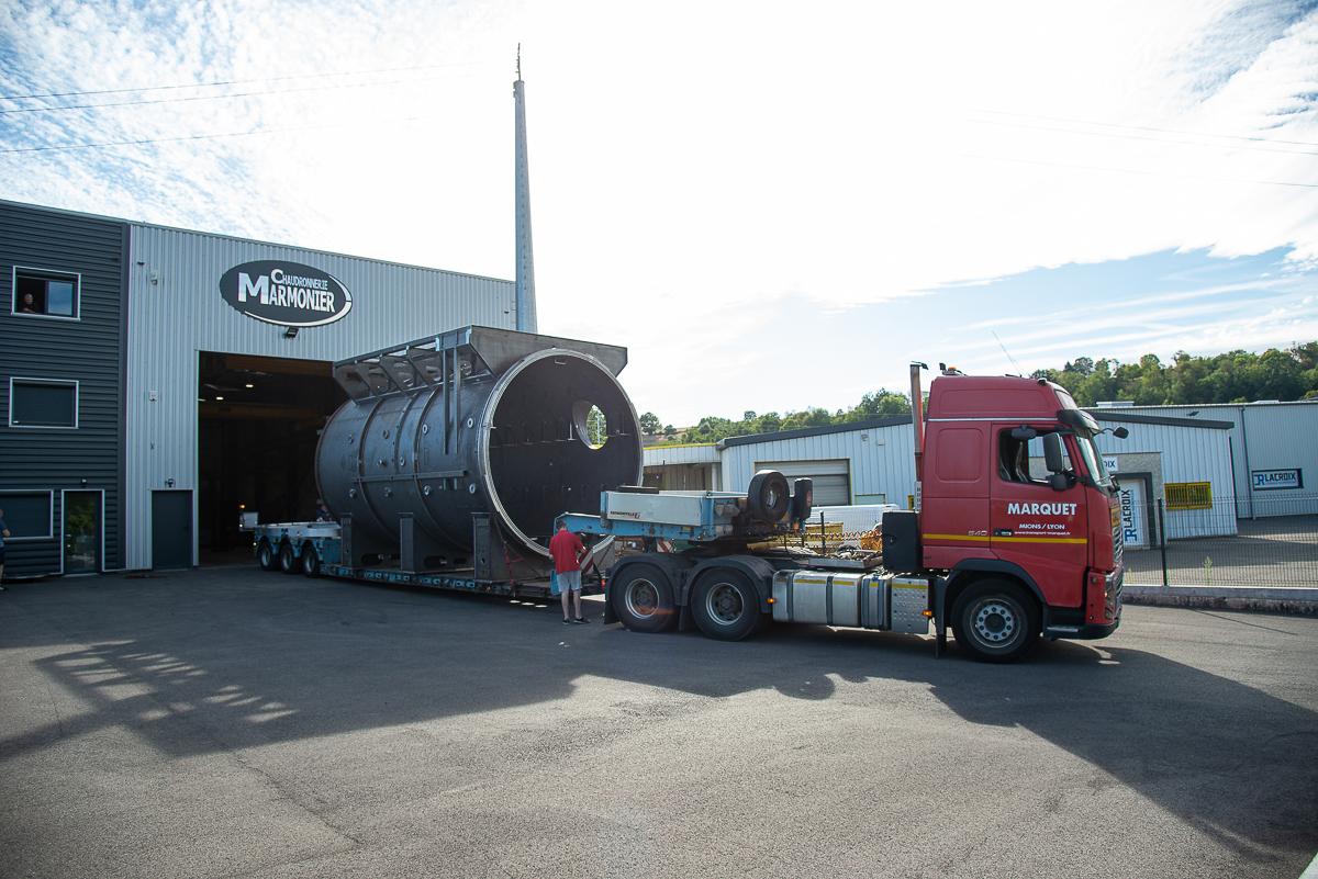 Photo d'un four industriel sur un camion au départ de la chaudronnerie Marmonier. Livraison en convoi exceptionnel à destination d'un client étranger