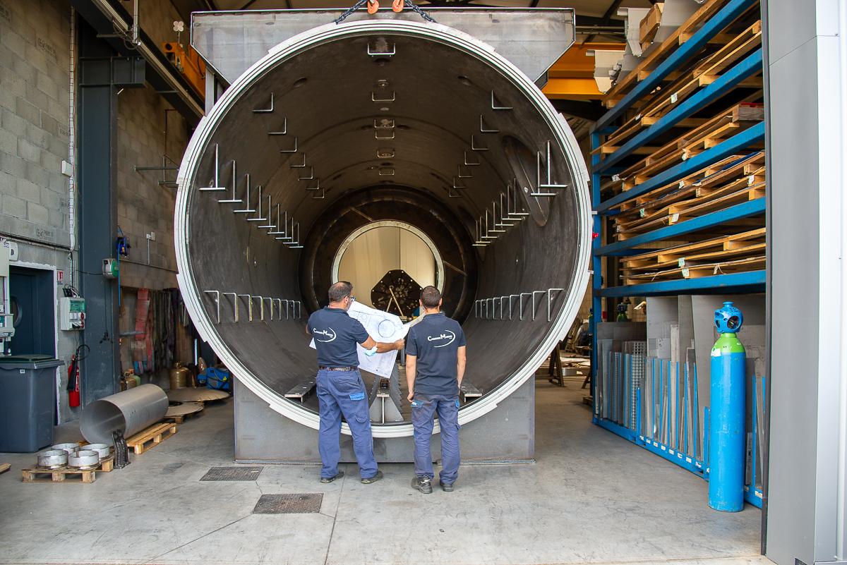 Photo de 2 hommes de la chaudronnerie Marmonier en train d'étudier un plan de conception d'un four industriel sous vide