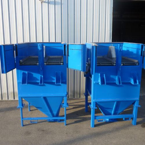 Photo de deux trémies bleues réalisées à la chaudronnerie Marmonier - Acier P265GH
