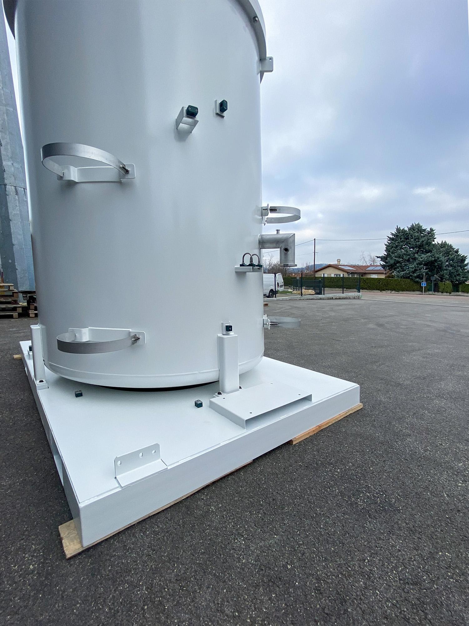 Photo de près d'une enceinte sous vide en acier à destination d'un client spécialisé dans la distribution de gaz